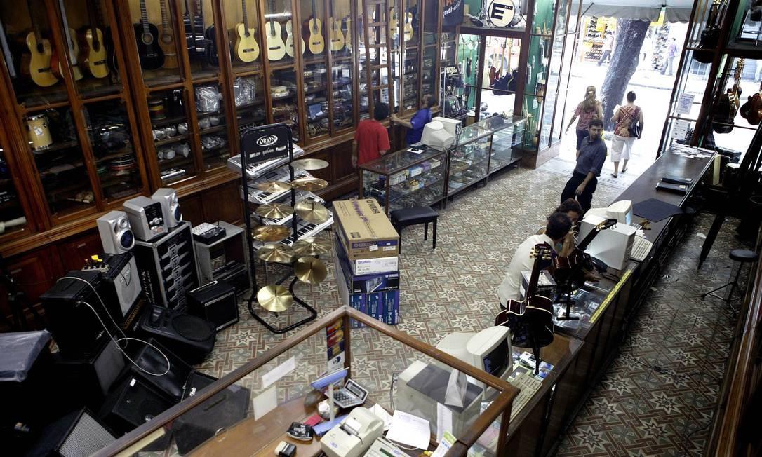 Aberta em 1887 na rua da Carioca, a loja de instrumentos musicais Guitarra de Prata fechou em 2014. Os donos não aceitaram pagar o aumento do aluguel pedido pelo dono do imóvel, que passou de 7 mil para 15 mil Foto: Leonardo Aversa : Leo Aversa / Agência O Globo