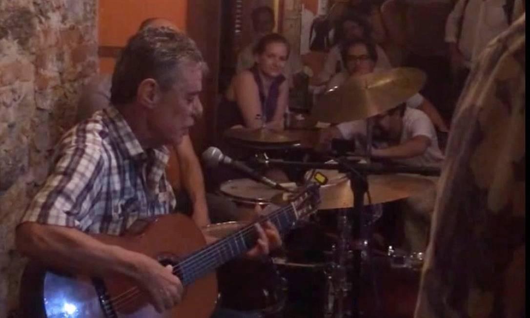 O bar Semente na Lapa fechou em 2017 por dificuldades financeiras. No palco do bar, Chico Buarque deu em canja em 2015, cantantdo Carioca Foto: Reprodução