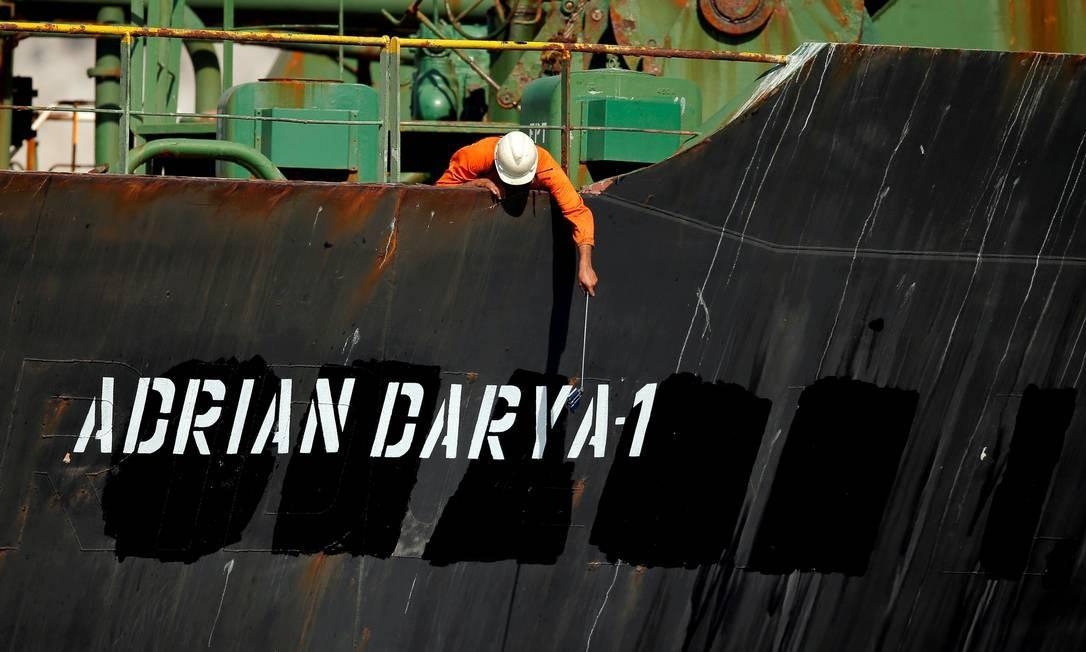 Tripulante do navio Adrian Darya 1 usa pau de selfie para tirar foto de navio Foto: Jon Nazca / REUTERS