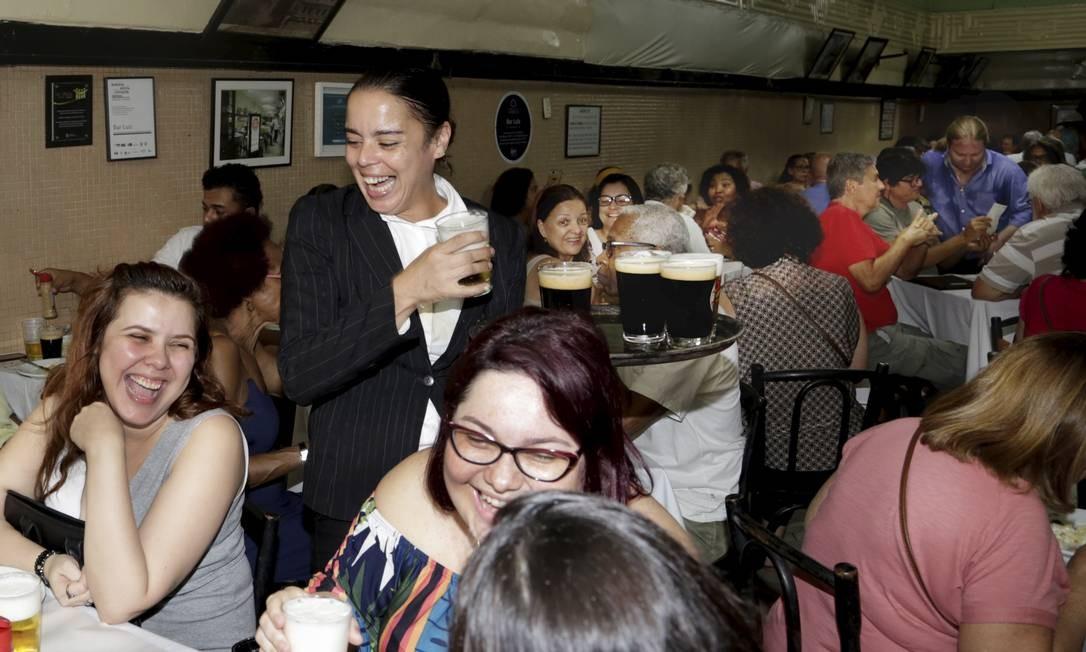 Bar Luiz: com casa cheia, restaurante teve uma garçonete, cedida pelo restaurante Otto, pela primeira vez na história Foto: Marcos Ramos / Agência O Globo