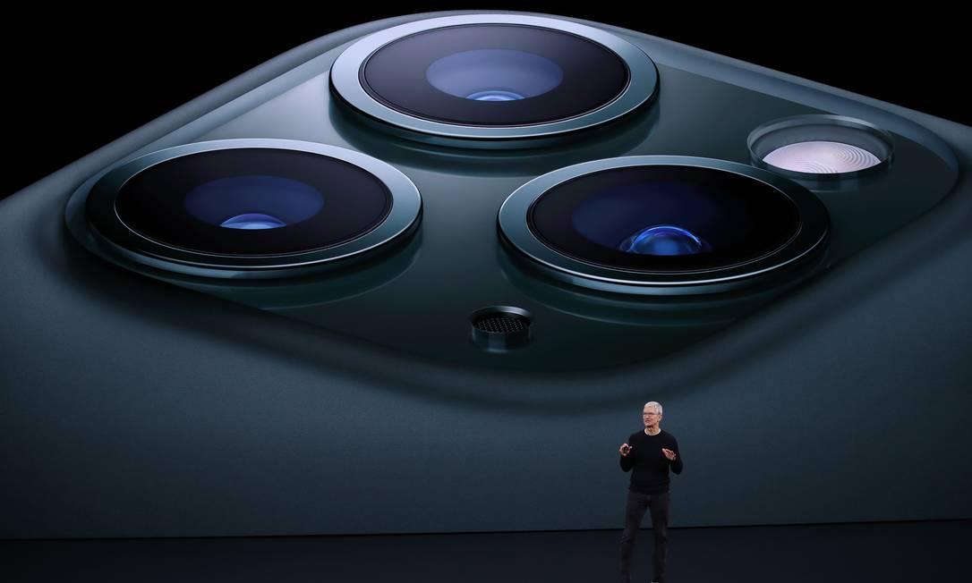 Tim Cook no palco do Teatro Steve Jobs, para o lançamento da nova linha de produtos da Apple Foto: JUSTIN SULLIVAN / AFP