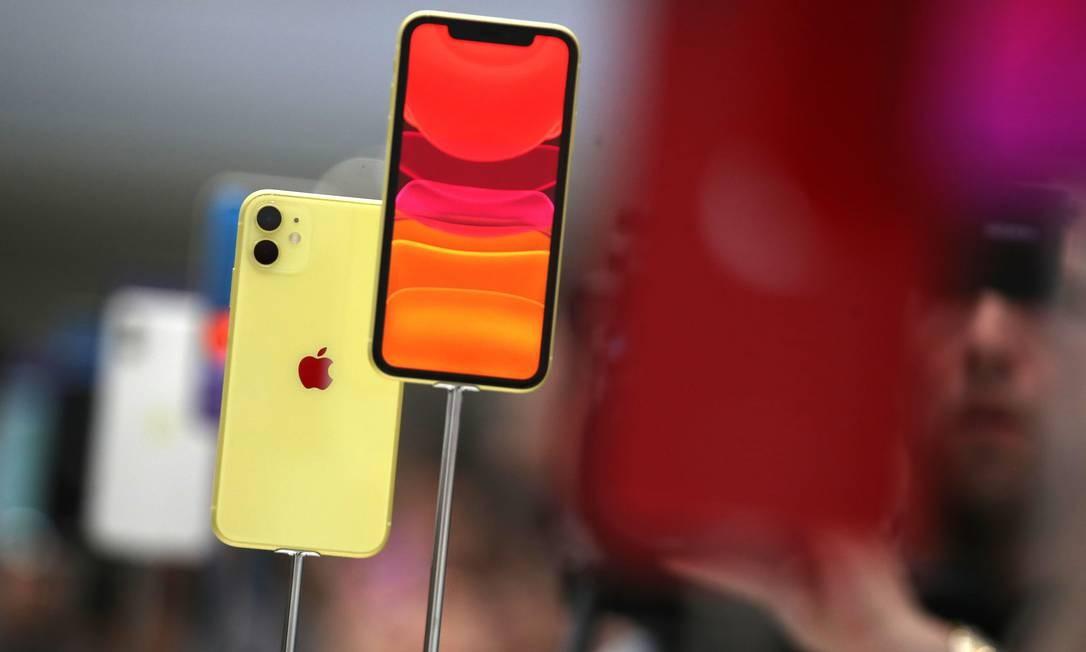 O iPhone 11 Pro tem tela de 5,8 polegadas, enquanto o 11 Pro Max é um pouco maior, com 6,5 polegadas. Um terceiro modelo, o iPhone 11, tem configurações mais modestas e também foi apresentado no Teatro Steve Jobs Foto: JUSTIN SULLIVAN / AFP