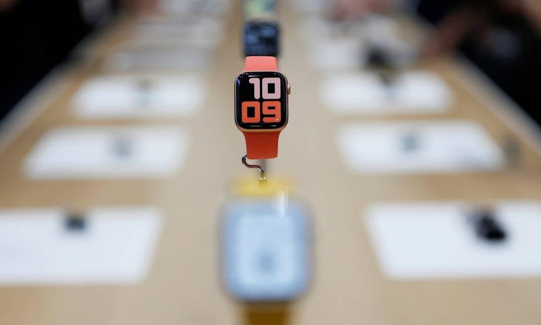 Evento também anunciou o lançamento da nova versão do Apple Watch. A principal novidade é a tela sempre ligada, sem a necessidade de tocar na tela para ver a hora. O relógio também ganha uma bússola entre seus sensores, para dar mais precisão às informações georreferenciadas Foto: STEPHEN LAM / REUTERS