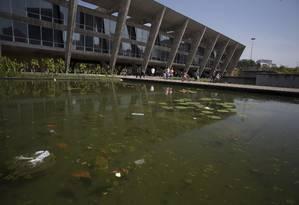 Além da sujeira nos jardins do MAM, a reportagem flagrou um homem usando o espelho d'água para lavar carros na região de forma irregular Foto: Márcia Foletto / Agência O Globo