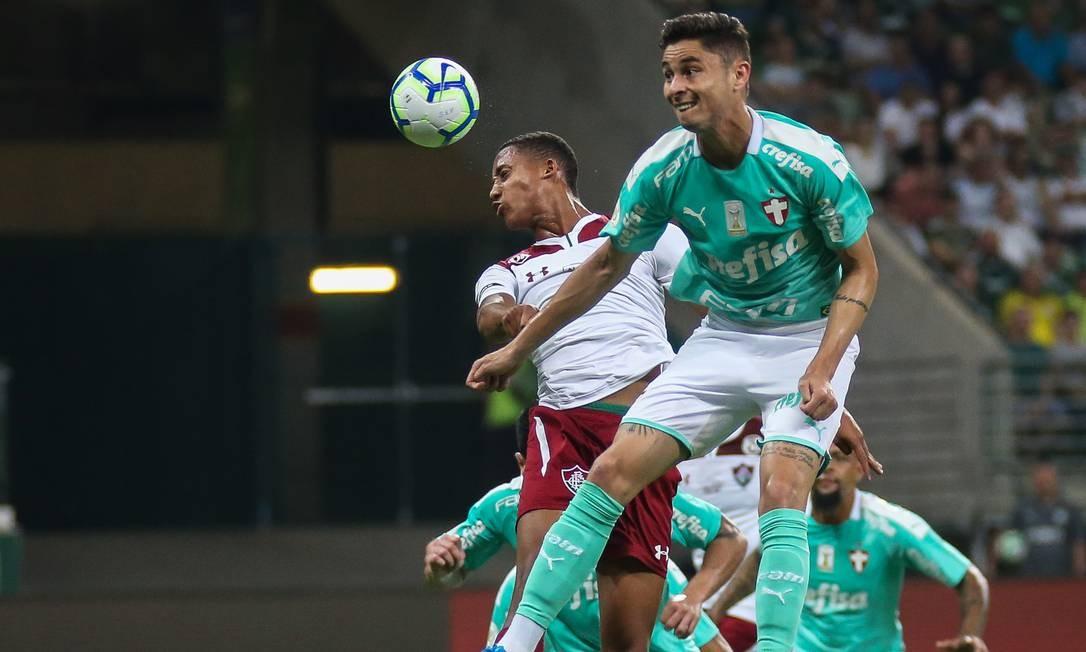 João Pedro, que perdeu ótima chance no primeiro tempo, disputa a bola com Diogo Barbosa Foto: Lucas Mercon / Lucas Mercon/Fluminense