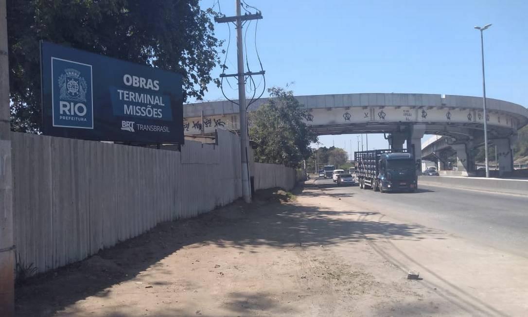 Um dos trechos por onde passará o Transbrasil ainda não está em obra: ontem havia apenas um operário pintando um tubo Foto: Geraldo Ribeiro / Agência O Globo
