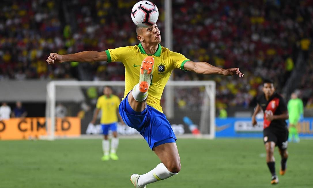 Richarlison of Brazil controls the ball against Peru during the International Friendly football match between the Brazil and Peru at the Los Angeles Memorial Coliseum, in Los Angeles, California on September 10, 2019. (Photo by Mark RALSTON / AFP) Foto: MARK RALSTON / AFP