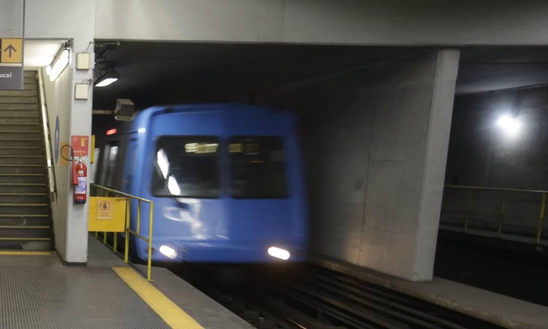 Uma pessoa ficou ferida em uma briga entre passageiros da Linha 1 do metrô Foto: Gabriel Paiva / Agência O Globo