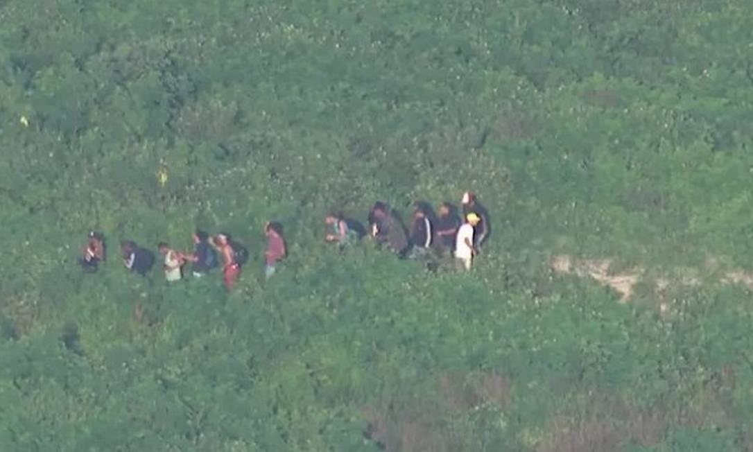 Os bandidos na trilha da Cidade de Deus, fugindo de uma operação da PM, nesta quarta-feira Foto: TV Globo / Reprodução