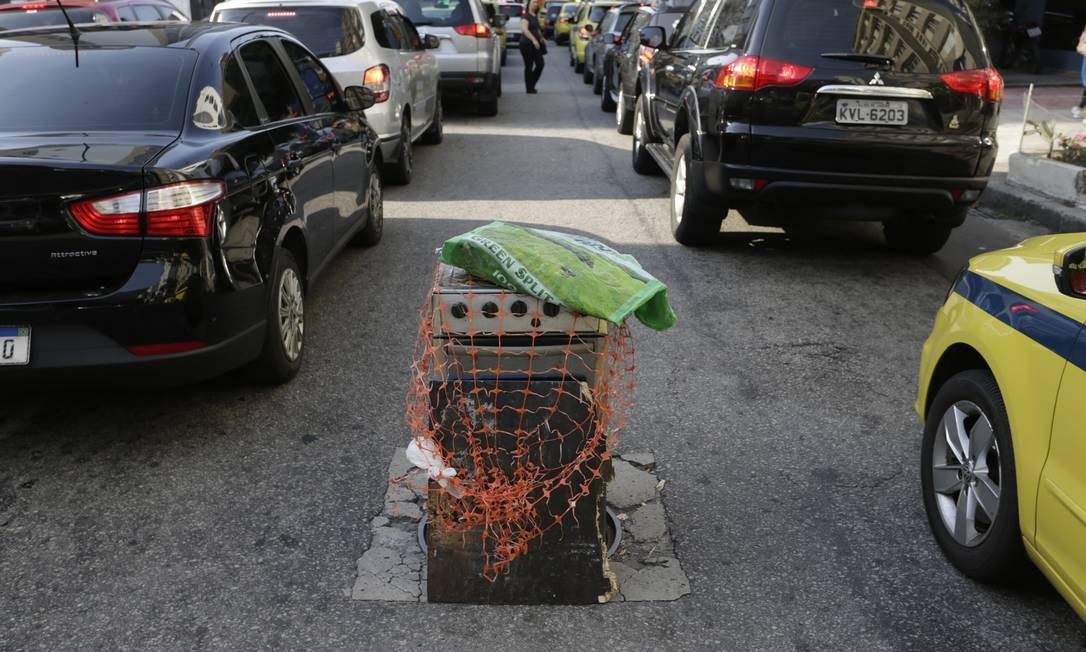 Fogão tapa buraco na altura do número 123 da via Foto: Gabriel Paiva / Agência O Globo