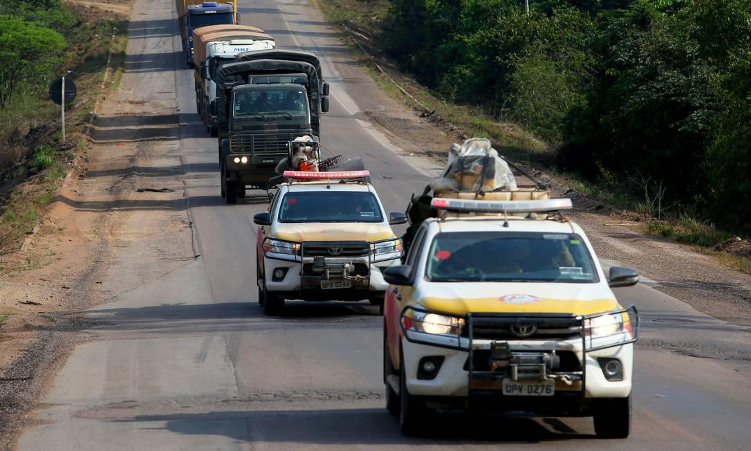 Fiscais do Ibama são escoltados em Novo Progresso, no Pará Foto: AMANDA PEROBELLI / REUTERS