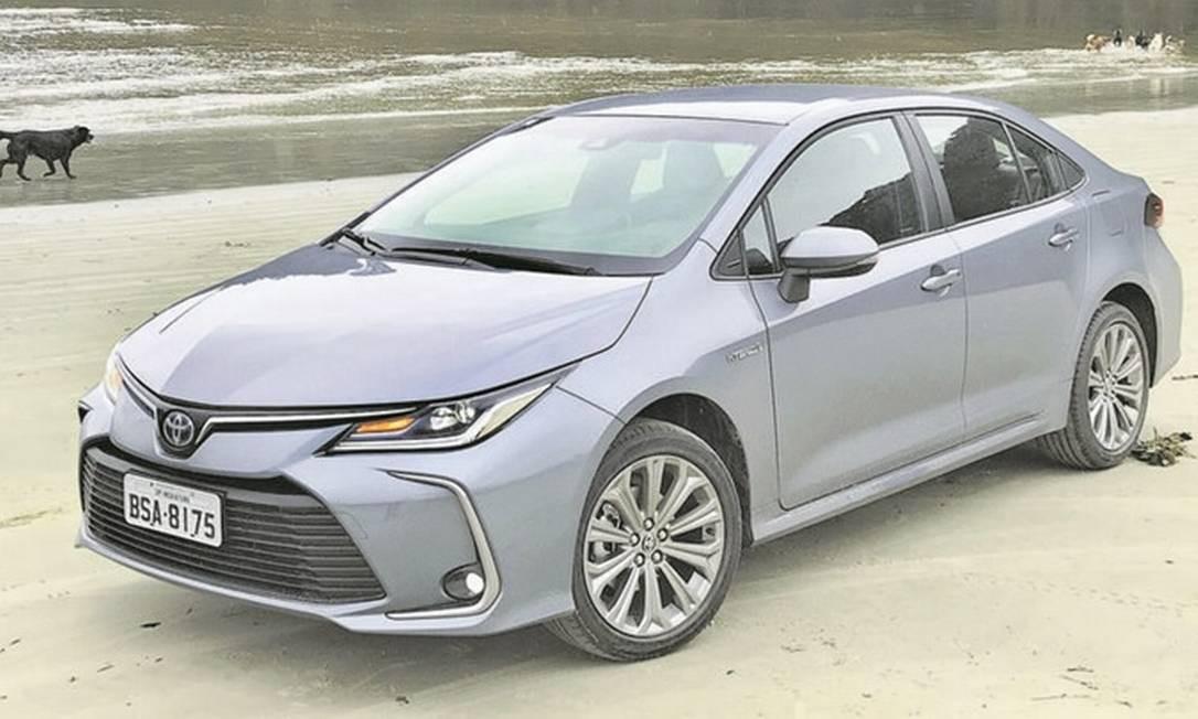 Quer saber se um Corolla é híbrido? Veja se o escudinho da Toyota na grade tem fundo azul Foto: Jason Vogel