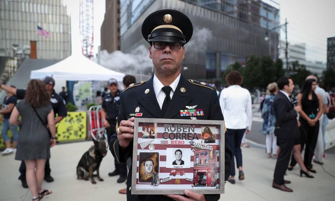 Edwin Morales presta uma homenagem a Ruben Correa, morto no atentado às Torres Gêmeas, em Manhattan. Foto: SHANNON STAPLETON / REUTERS
