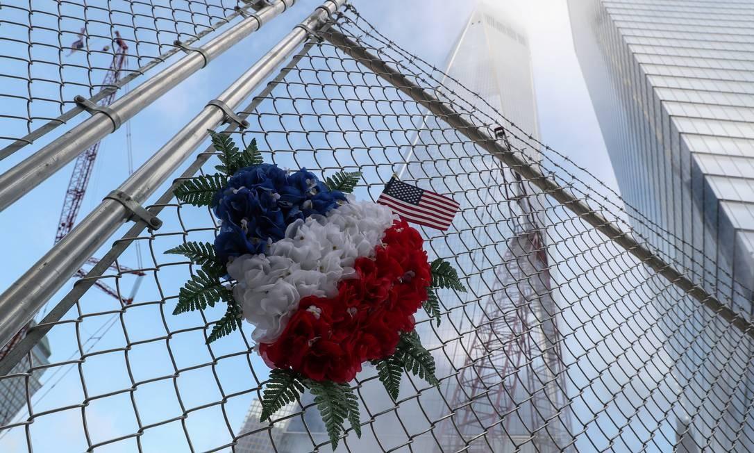 Flores nas cores da bandeira americana deixadas na cerca perto da torre One World Trade Center em memória das vítimas do atentado, Manhattan, em Nova York, EUA Foto: SHANNON STAPLETON / REUTERS