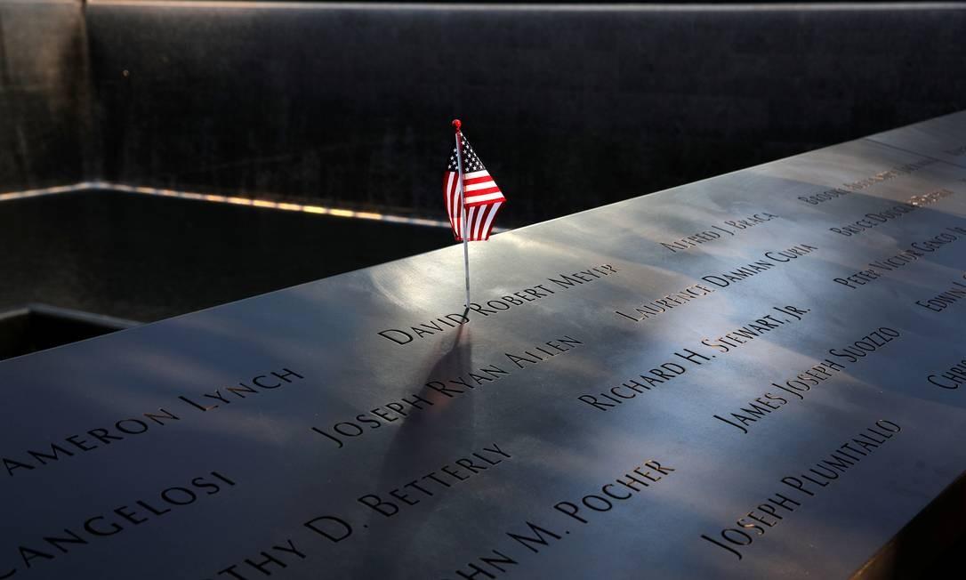Uma bandeira americana no memorial que homenageia as vítimas do atentado nas torres Gêmeas, em Nova York. Foto: BRENDAN MCDERMID / REUTERS