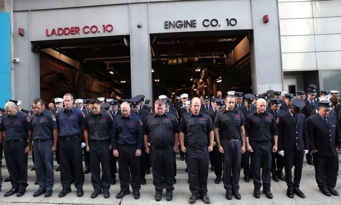 Bombeiros de Nova York fazem homenagem às vítimas dos ataques do 11 de Setembro. Foto: SHANNON STAPLETON / REUTERS