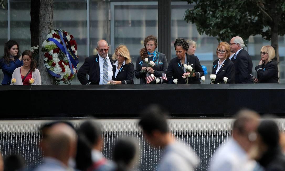 Funcionários de companhias aéreas visitam a piscina refletora durante cerimônia em homenagem às vítimas dos ataques do 11 de setembro de 2001. Foto: BRENDAN MCDERMID / REUTERS