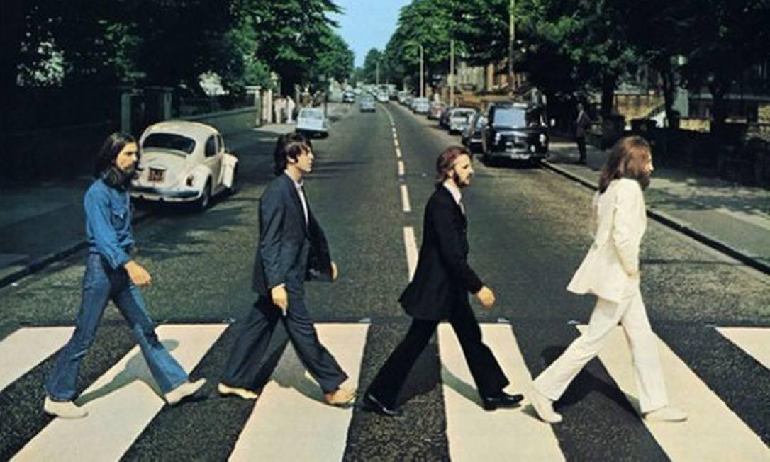 A faixa de pedestres que ficou famosa por aparecer na capa do disco 'Abbey road', dos Beatles, foi repintada durante a quarentena, em Londres Foto: Divulgação