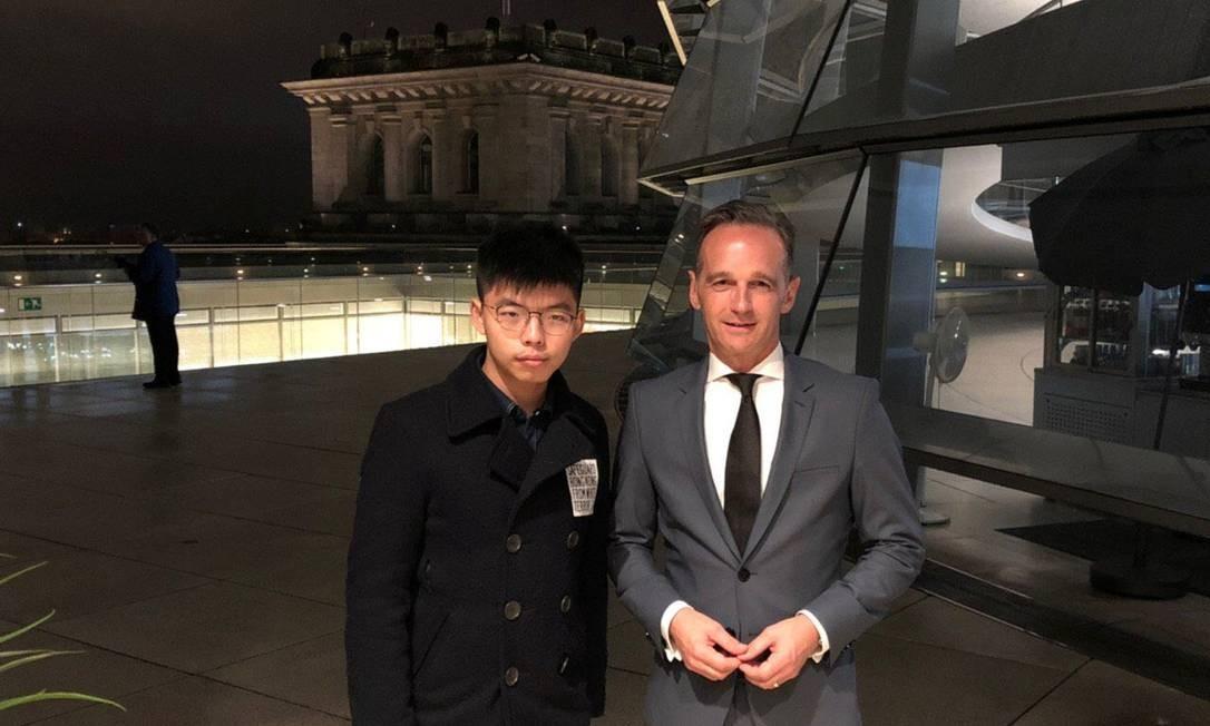 Foto do ativista Joshua Wong (esquerda) com o ministro das Relações Exteriores alemão, Heiko Maas, (direita) provocou reações imediatas em Pequim, que chamou o embaixador da Alemanha no país para dar explicações Foto: JOSHUA WONG / JOSHUA WONG via REUTERS
