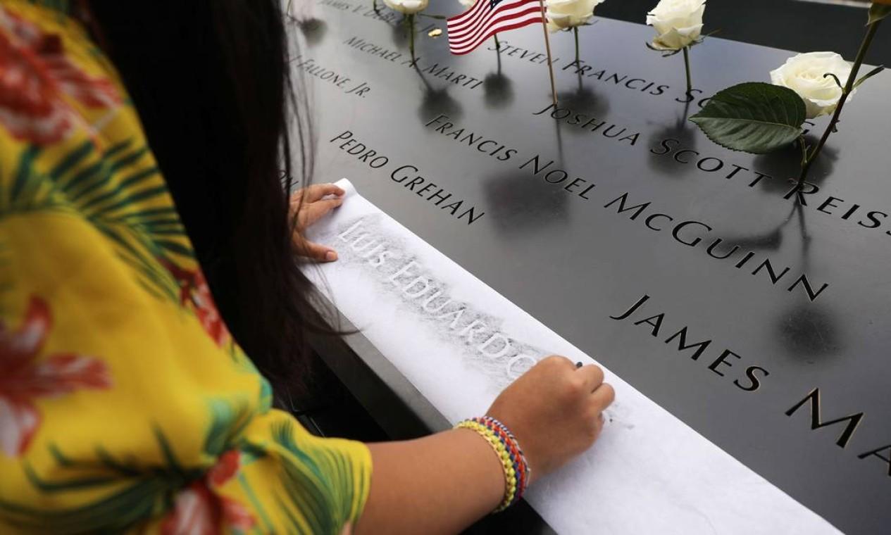 A sobrinha de Luis Eduardo Torres, que foi morto enquanto trabalhava, copia seu nome, que está inscrito no World Trade Center Memorial. Parentes de vítimas tem visitação aberta ao museu. A entrada é gratuita também às terças para o público em geral Foto: SPENCER PLATT / AFP