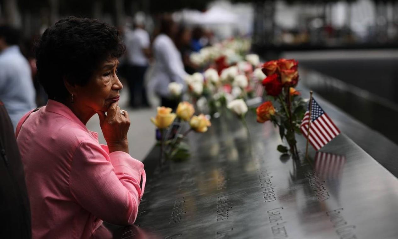Flores em homenagem às vítimas do atentado de 11 de setembro de 2011, que completa 18 anos essa quarta Foto: SPENCER PLATT / AFP