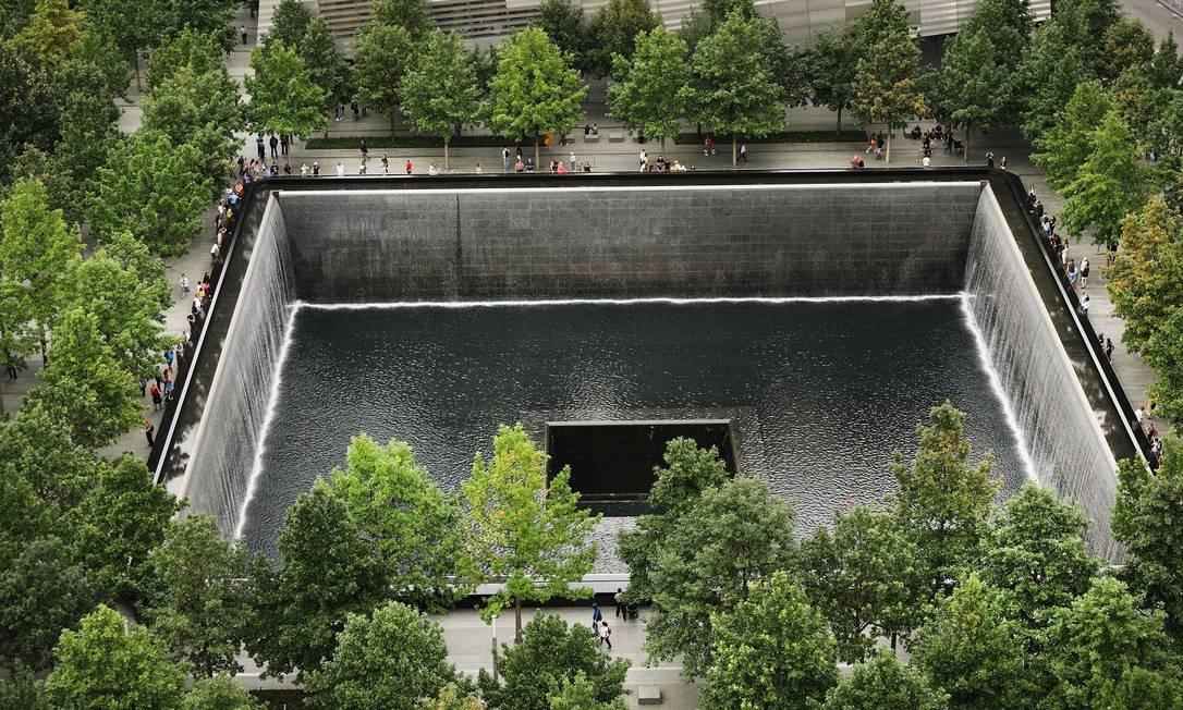 Uma das piscinas vista de cima. O World Trade Center Memorial é gratuito e fica aberto diariamente das 7h30 às 21h Foto: SPENCER PLATT / AFP