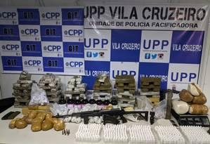 Um fuzil e grande quantidade de drogas foram encontrados Foto: Divulgação