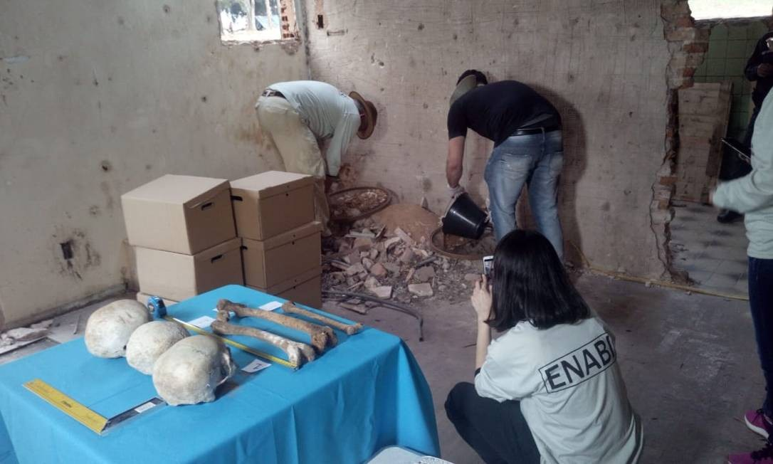Peritos da Equipe Nacional para Investigação, Busca e Identificação de Pessoas Detidas e Desaparecidas do Paraguai removem três crânios e outros ossos encontrados no banheiro da casa: trabalho continuará no restante do terreno em busca de mais possíveis vítimas da ditadura de Stroessner Foto: Red de Derechos Humanos