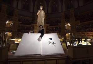 Biblioteca do Parlamento de Ottawa, no Canadá, em projeção 3D da mostra Foto: Reprodução / Agência O Globo