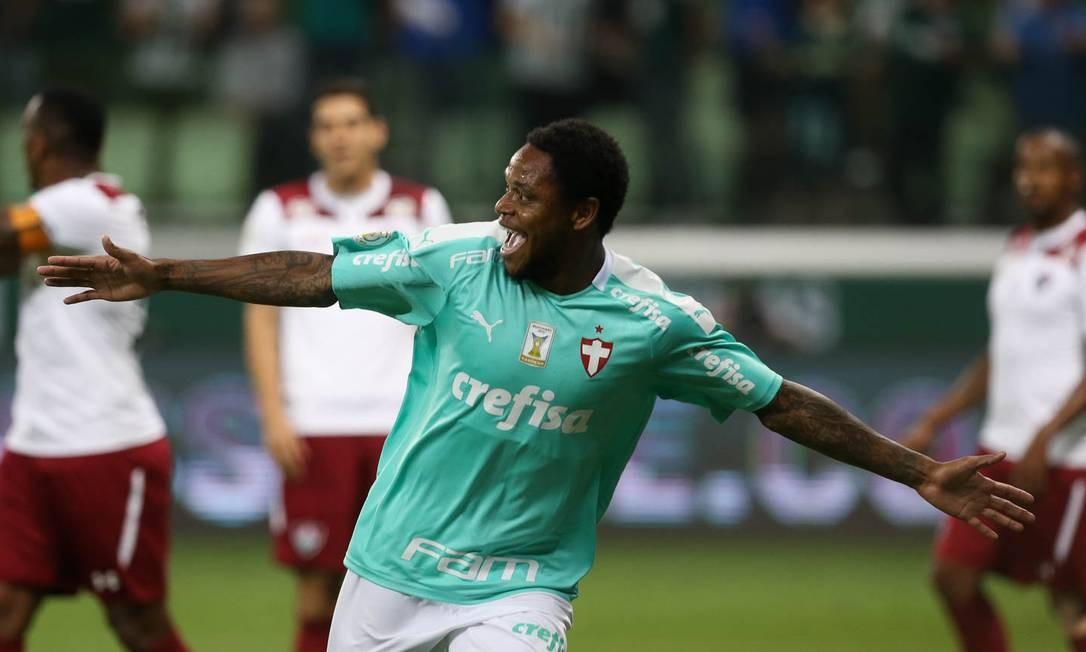 O atacante Luiz Adriano comemora um de seus três gols dos 3 a 0 do Palmeiras sobre o Fluminense Foto: Cesar Greco/Palmeiras