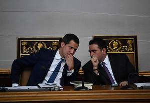 Juan Guaidó conversa com Stalin González durante sessão na Assembleia Nacional, em Caracas Foto: FEDERICO PARRA / AFP