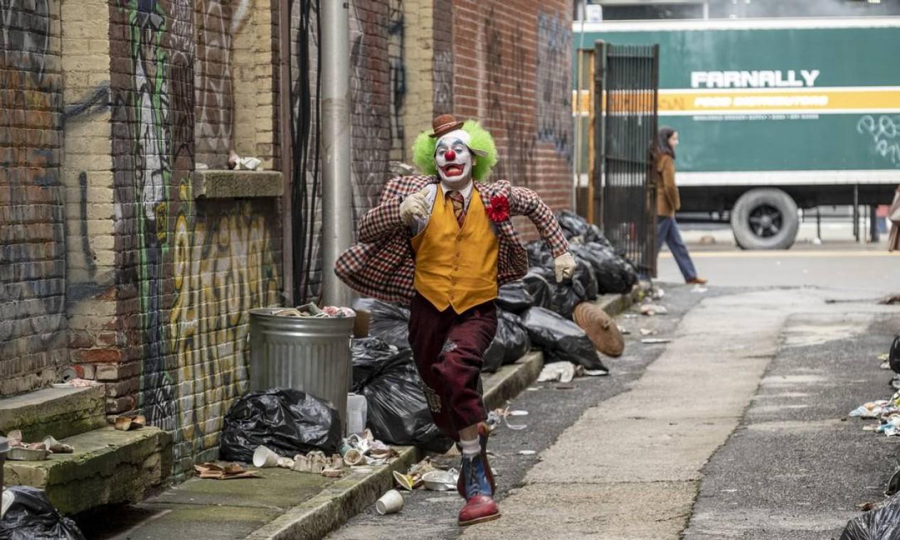 Joaquin interpreta Arthur Fleck, um comediante com problemas mentais que sofre rejeição da sociedade Foto: Divulgação