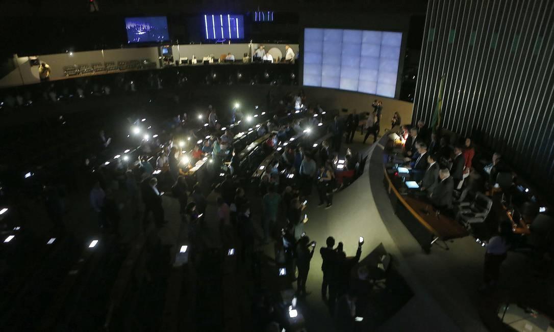 Plenário da Câmara dos Deputados fica às escuras com a falta de luz no prédio principal Foto: Jorge William / Agência O Globo