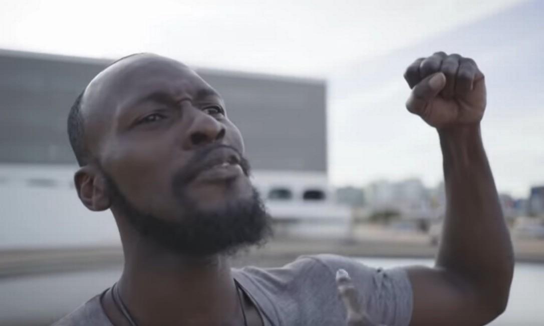 Nigeriano diz ter sido enganado para aparecer cantando Hino em vídeo com Bolsonaro Foto: Reprodução