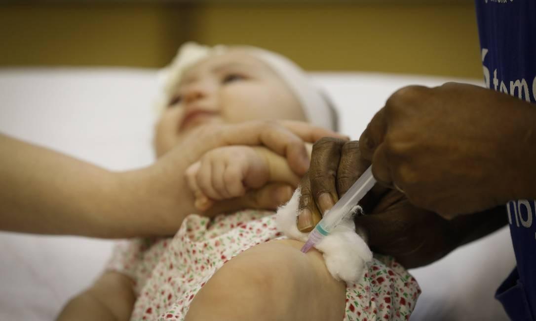 Nos bebês, a tríplice viral é aplicada na coxa Foto: Pablo Jacob / Agência O Globo