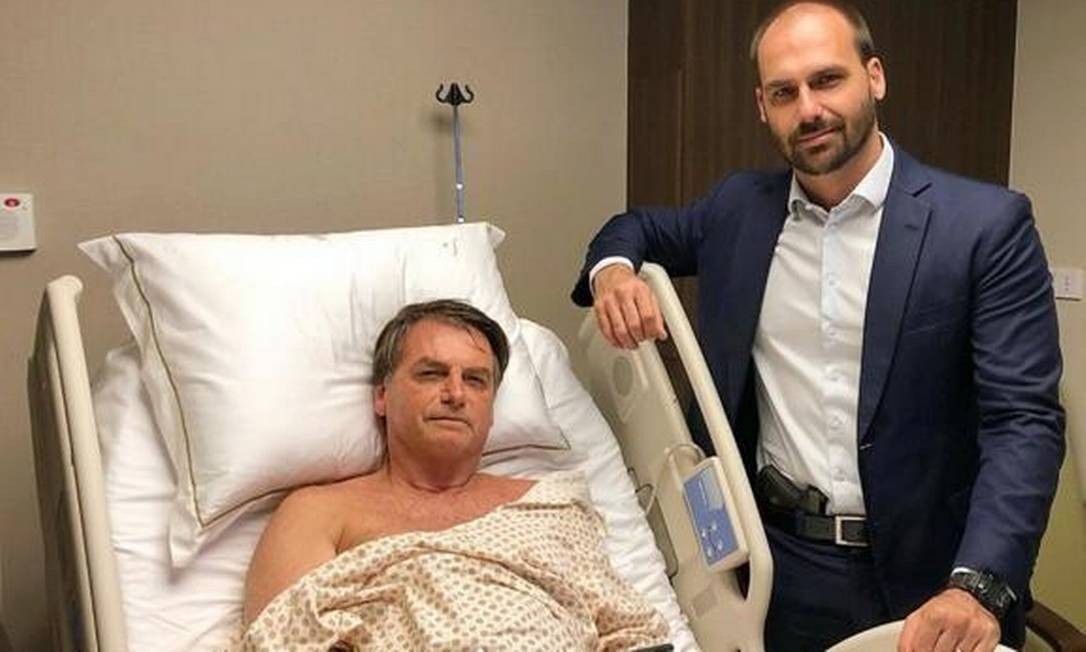 O presidente com o filho 03, o senador Eduardo Bolsonaro, no hospital. Foto: Reprodução/Instagram