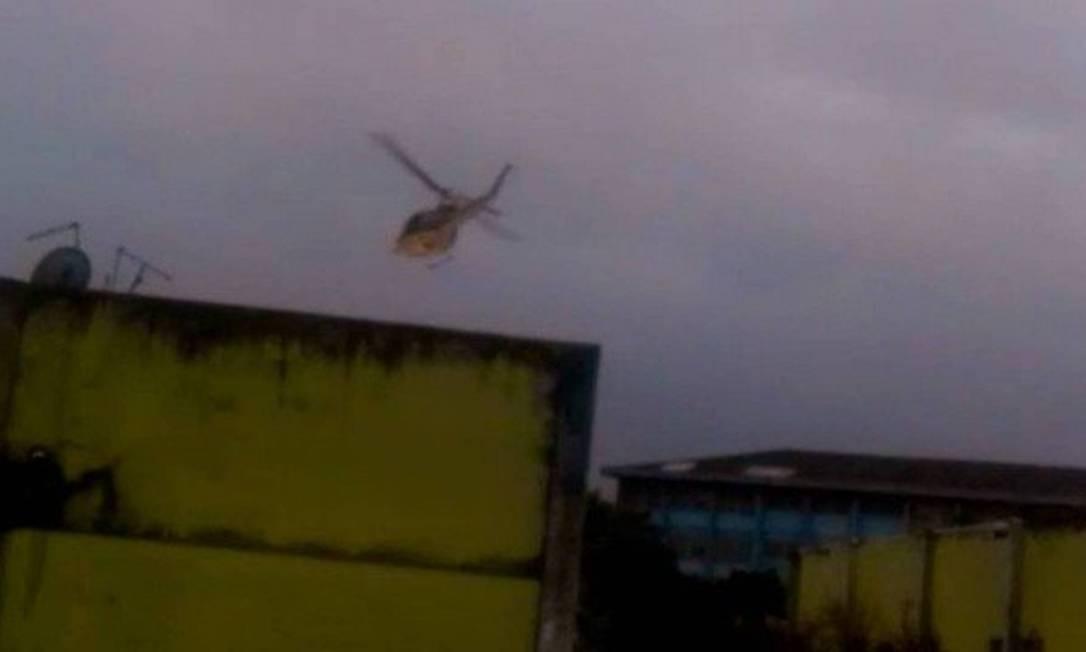 No dia 20 de agosto, em operação da Polícia Civil, um helicóptero da Coordenadoria de Recursos Especiais (Core) foi filmado lançando bombas de efeito moral na favela. Segundo a Polícia Civil, a bomba não é letal e foi usada para ajudar equipes da operação Foto: Reprodução