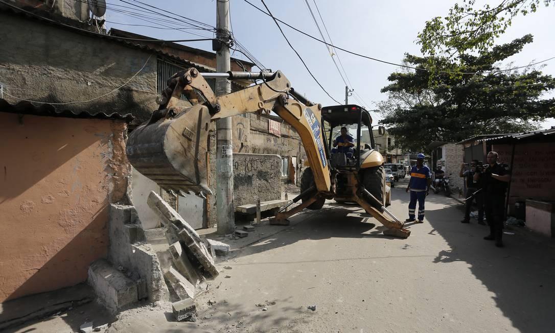 No dia 12 de junho, durante uma operação policial na Cidade de Deus com o apoio da prefeitura para derrubada de barricadas e muros, traficantes usaram construções irregulares como trincheira Foto: Pablo Jacob / Pablo Jacob