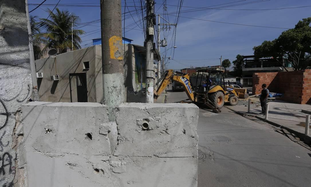 Muro erguido na comunidade tinha buracos para que os traficantes pudessem para atirar nos policiai. Foto é de 20 de agosto Foto: Pablo Jacob / Agência O Globo