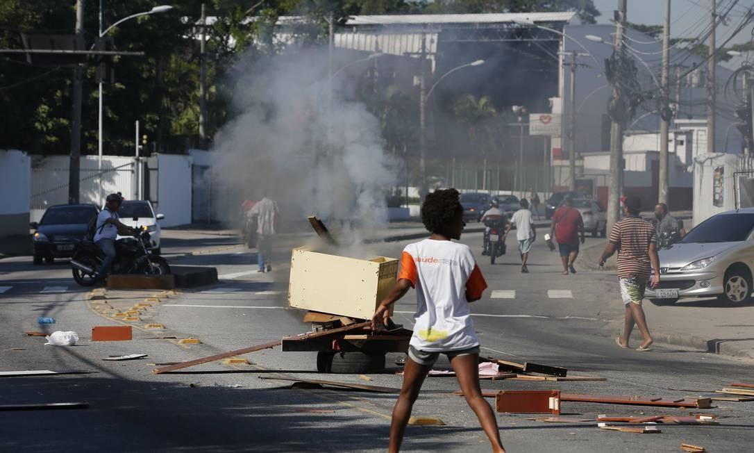 Em protesto contra a operação no dia 20 de agosto, moradores fecharam a Avenida Padre Miguel Salazar Mendes de Moraes Foto: Pablo Jacob / Agência O Globo