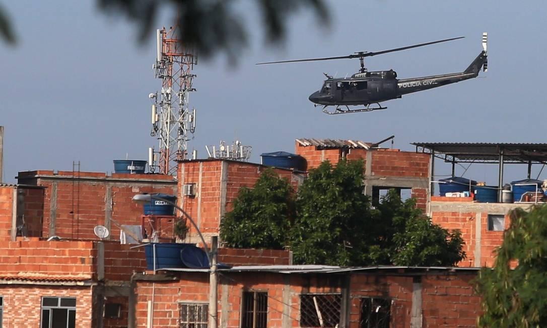 Em 19 de março, um helicóptero voou sobre a Cidade de Deus. Moradores relataram rajadas de tiros disparados a partir da aeronave blindada da Polícia Civil durante operação Foto: Fabiano Rocha / Agência O Globo