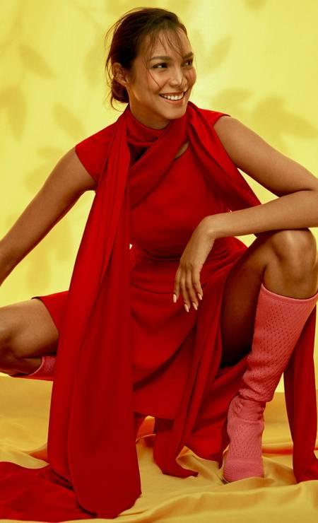DOIS EM UM: O color blocking da vez pede duas cores: rosa e vermelho. Arremate o vestido mídi com uma bota de cano alto e o look está formado. Lais usa vestido Haight, capa Vitor Zerbinato e botas Fendi Foto: Fernando Tomaz