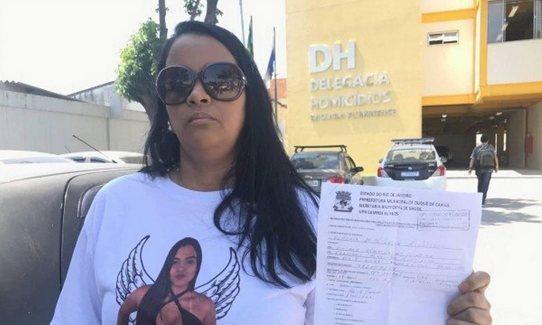 A mãe de Vitória mostra o documento do posto de saúde em que consta que ela já chegou morta à unidade Foto: Pedro Zuazo / Agência O Globo