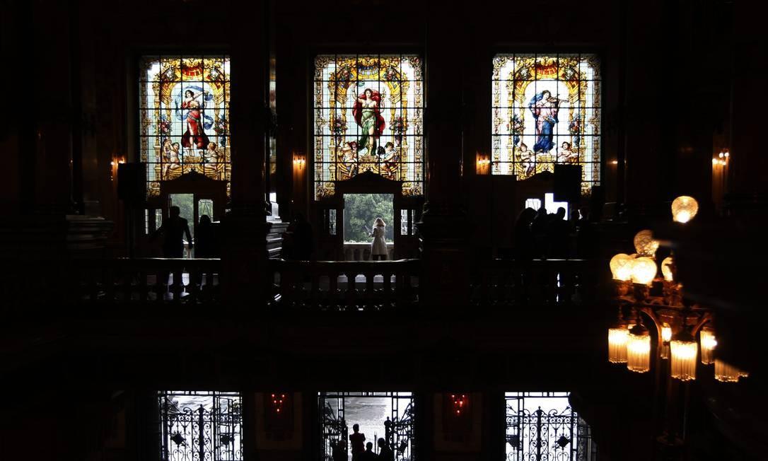 Os três principais vitrais do Teatro Municipal, no foyer. Foto: Custódio Coimbra / Agência O Globo