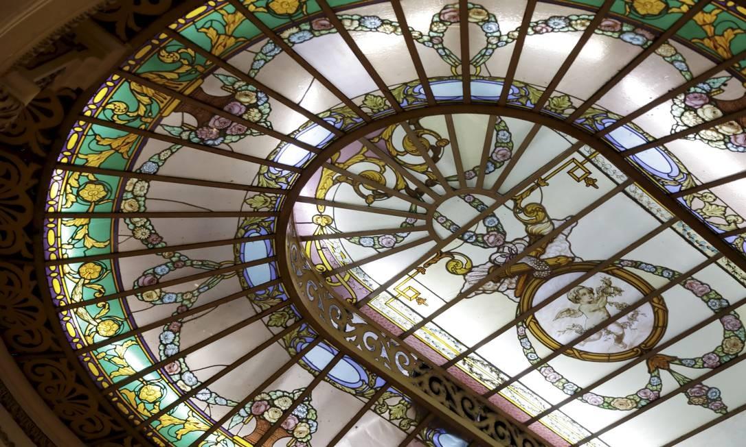 Na Confeitaria Colombo, vitrais de cúpula tem provável origem francesa. Foto: Custódio Coimbra / Agência O Globo