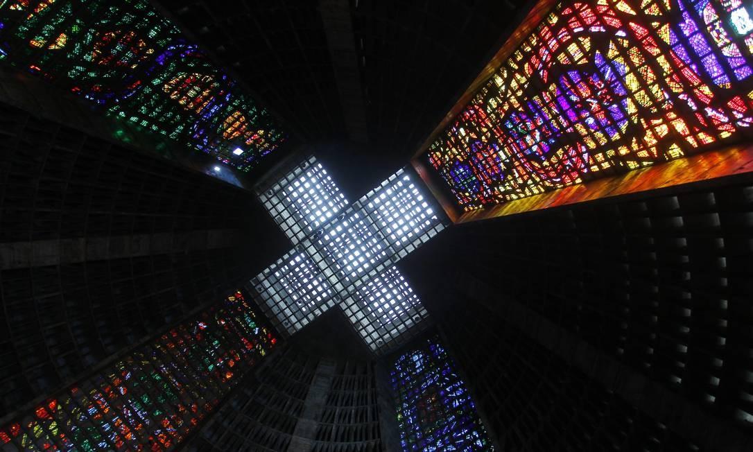 Técnica empregada nos vitrais da Catedral Metropolitana é incomum: além do uso do concreto no lugar de ligadura de chumbo, os tijolos vidros tem espessura de 2,5 cm Foto: Custódio Coimbra / Agência O Globo