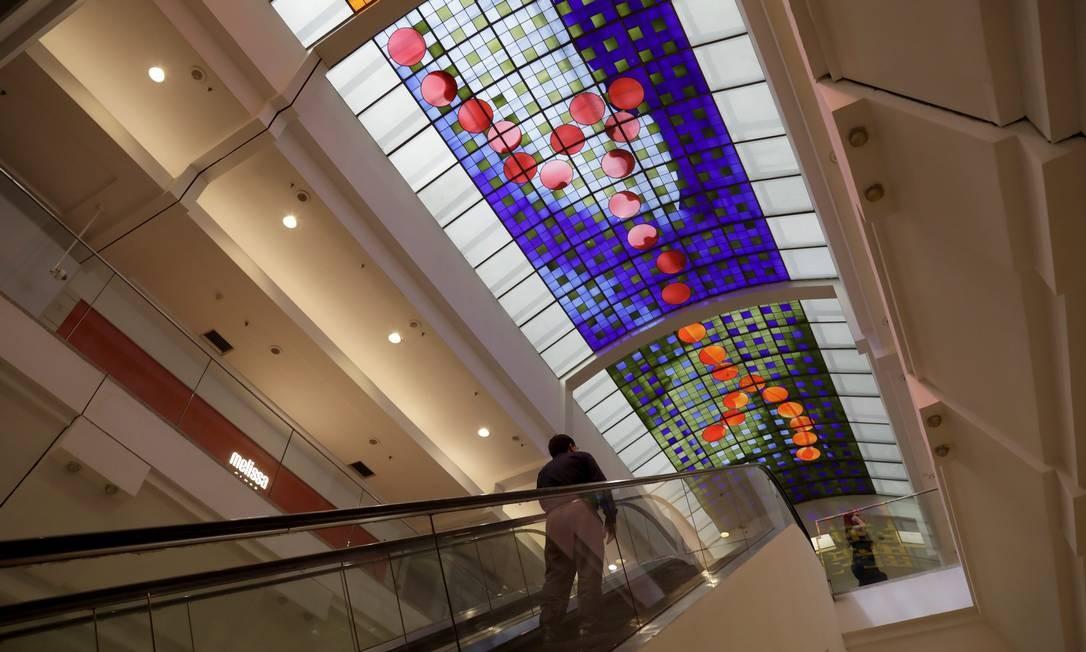 A surpresa da lista: Norte Shopping tem 1.200 m² de vitrais no teto do segundo piso, assinados pelo artista britânico Brian Clarke. Foto: Custódio Coimbra / Agência O Globo