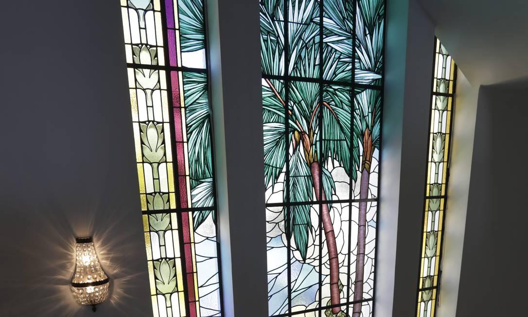 No Edifício Touring, vitral da escadaria tem inspiração na fauna brasileira Foto: Custódio Coimbra / Agência O Globo