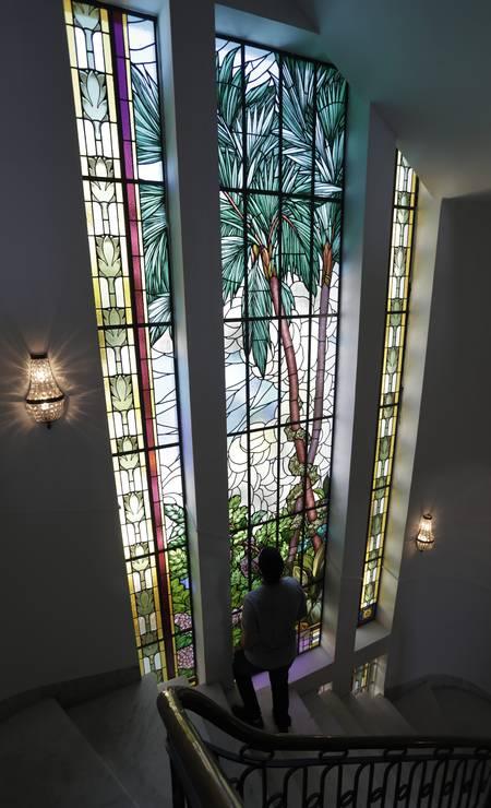 No Edifício Touring, vitral da escadaria tem inspiração na fauna brasileira. Foto: Custódio Coimbra / Agência O Globo