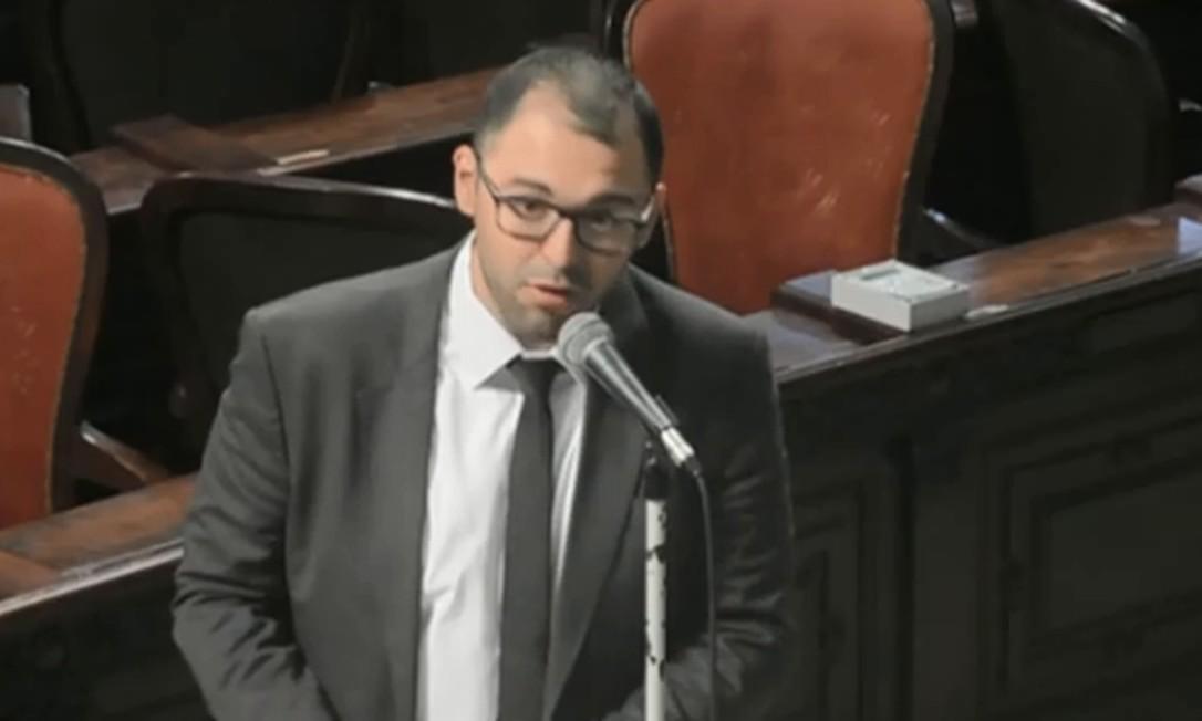 Deputado Alexandre Knoploch (PSL) durante sua fala na sessão de quarta-feira na Alerj. Deputadas reagiram Foto: Reprodução / TV Alerj